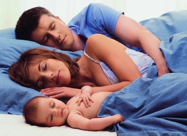 с кем спать ребенку